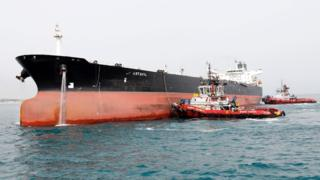 File photo showing Iranian oil tanker docked at the oil facility in the Khark Island (12 March 2017)